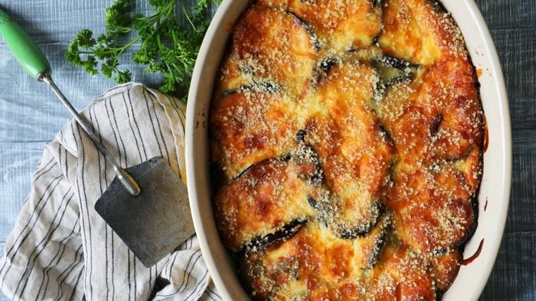 ricetta-primi-piatti-idea-cucina-greca-moussaka- sfornato-melanzane-patate-salsa-pomodoro-vegetariano