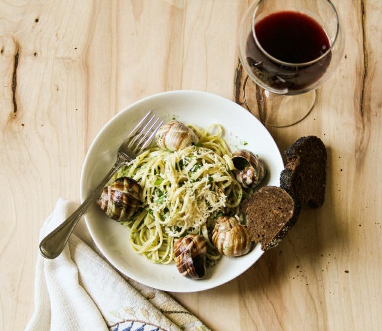 ricette-di-primi-piatti-spaghetti-lumache-bouguinonne-pane-integrale-bicchiere-vino-rosso