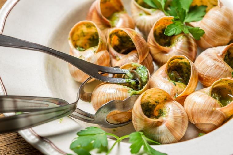 ricette-primi-piatti-francesi-lumache-bourguinonne-posate-pinze-cucinare