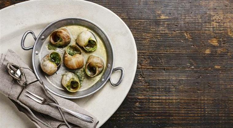 ricette-francesi-tavolo-in-legno-posate-lumache-bourguinonne-salsa-verde-presentazione