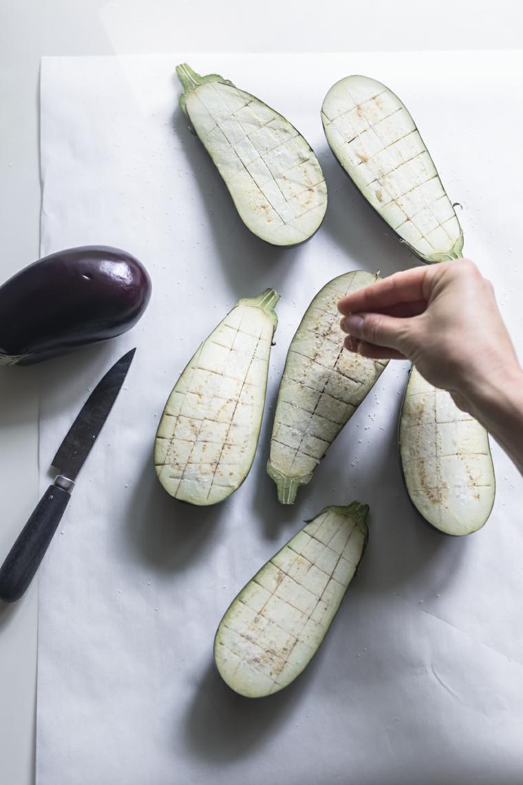 ricette-internazionali-melanzane-tagliate-sottili-salate-grigliare-verdure-coltello-carta-cucina