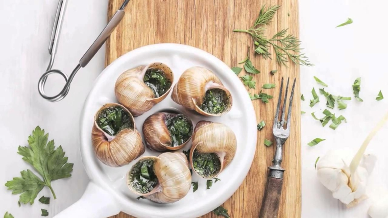 ricette-primi-piatti-lumache-piatto-francese-prezzemolo-pinza-posate