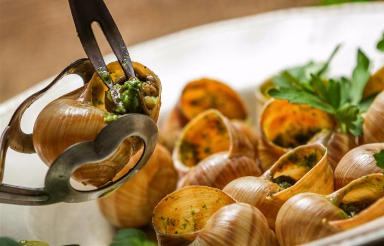 ricette-primi-piatti-lumahce-pinza-prezzemolo-erbe-aromatiche-verdi-piatto-bianco-rotondo