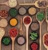 ricette-primi-piatti-mestolo-legno-ingredienti-spezie-condimenti-cucinare-internazionali-mondo