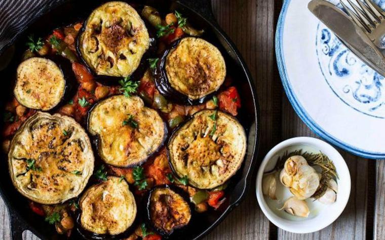 ricette-primi-piatti-moussaka-melanzane-rotelle-salsa-pomodoro-verdure-piatto-greco