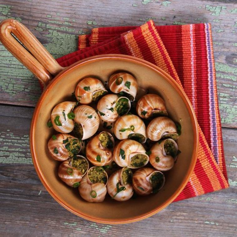 ricette-primi-piatti-padella-salsa-verde-tovaglia-colorata-tavolo-in-legno-erbe-aromatiche