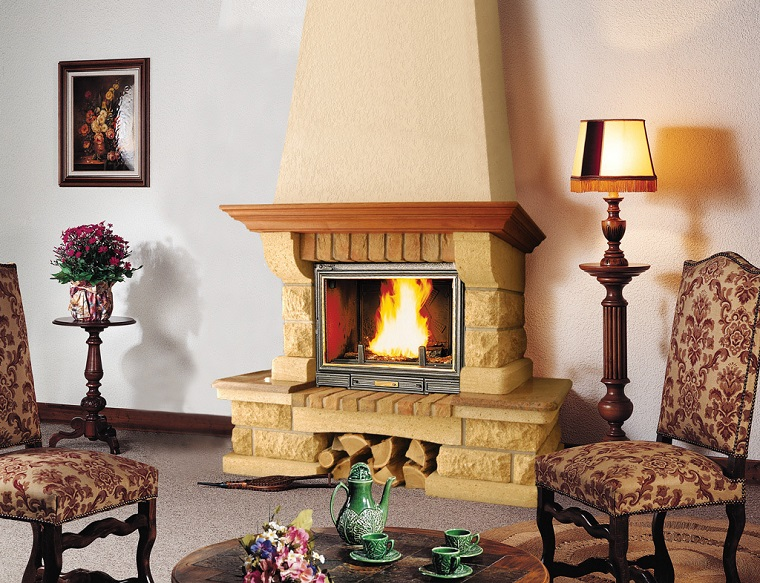 rivestimento-camino-in-pietra-parete-bianca-sedie-design-classico-quadro