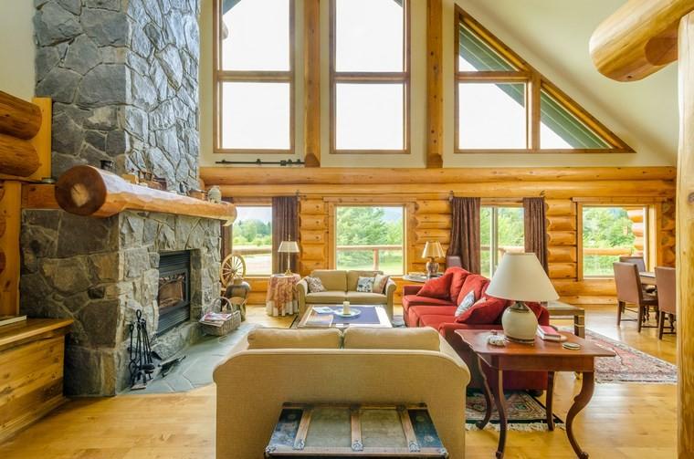rivestimento-camino-in-pietra-tnte-finestre-pavimento-legno-divano-rosso