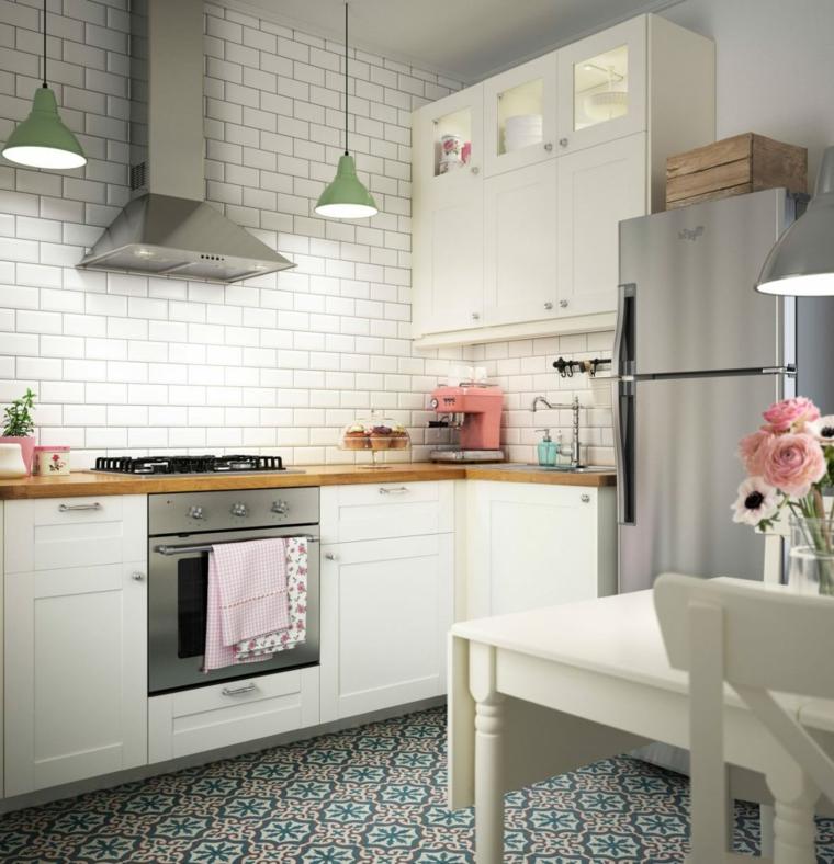 stile-country-parete-piastrelle-cappa-aspirante-fiori-frigo-freestanding