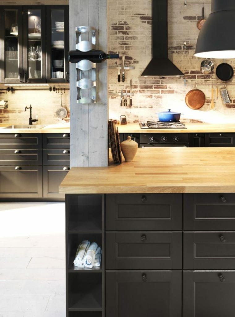 stile-industriale-cucina-ikea-top-legno-colore-nero-cappa-aspirante-decorazioni-parete