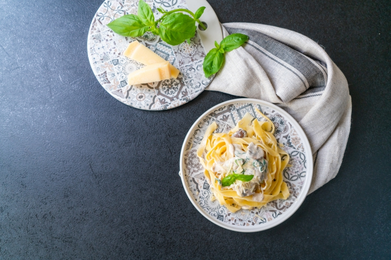 Piatto di tagliatelle con sugo ai funghi, tagliatelle con pasta fresca all'uovo