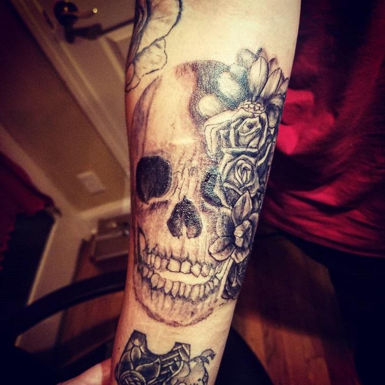 tatuaggi avambraccio-teschio-rose
