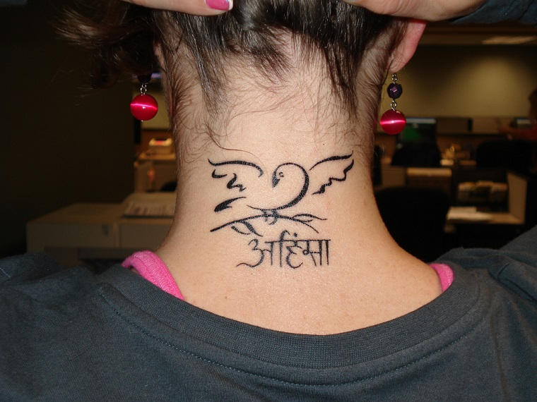 tatuaggi scritte-idea-collo-disegno
