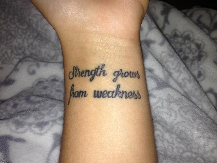 tatuaggi-sul-polso-scritta-due-righe