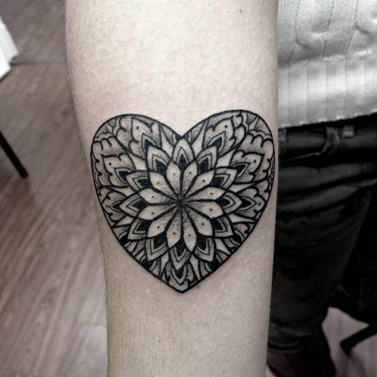 tatuaggio-avambraccio-cuore-tribale
