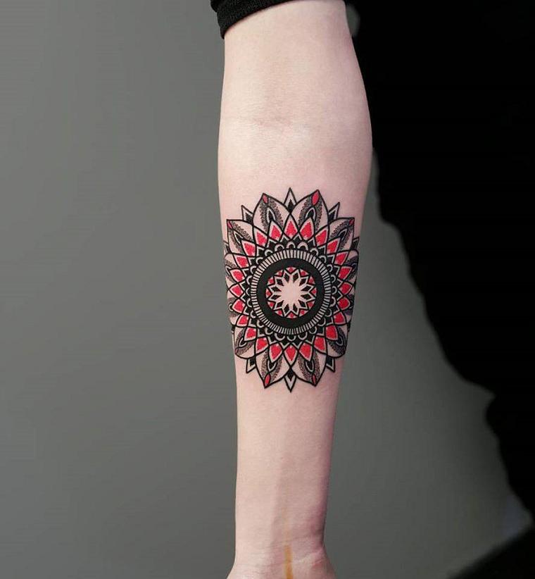 tatuaggio-avambraccio-disegno-maori-colorato