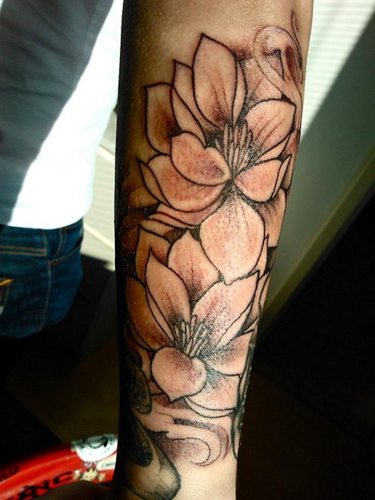 tatuaggio-avambraccio-fiori-bianco-nero