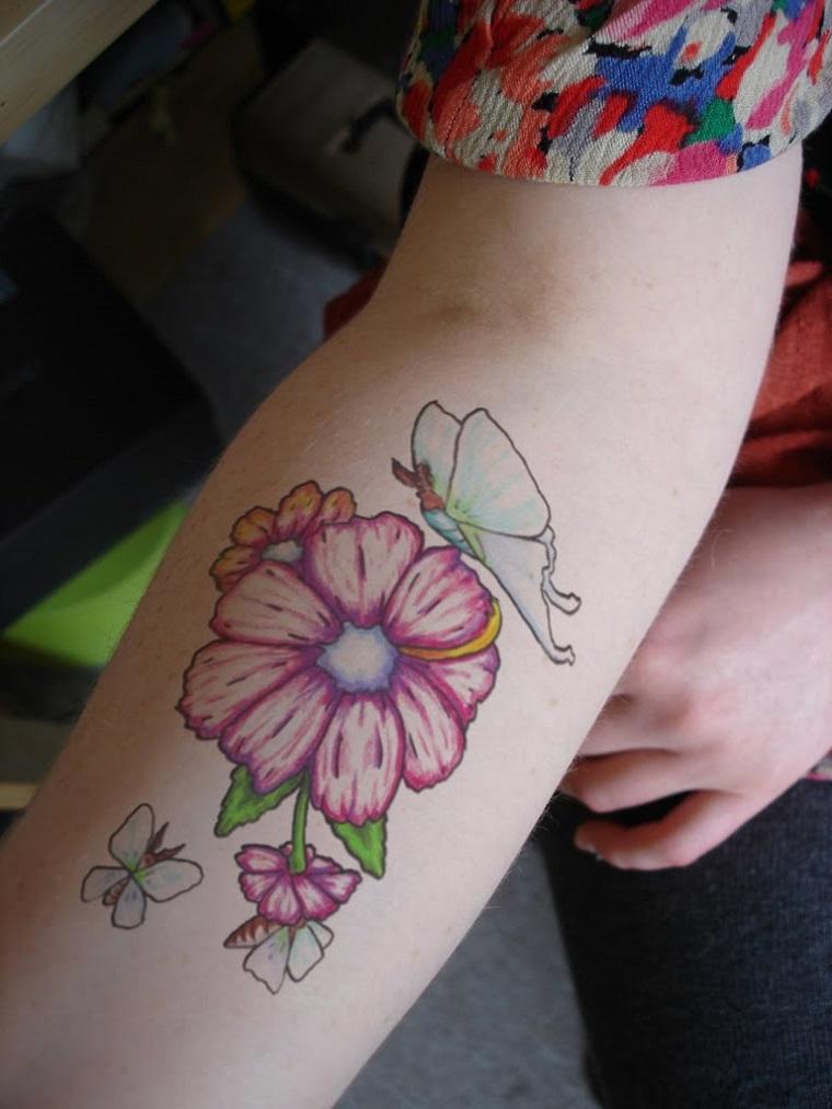 tatuaggio-avambraccio-fiori-farfalle-colorate
