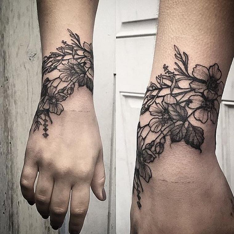 tatuaggio-polso-fiori-bianco-nero