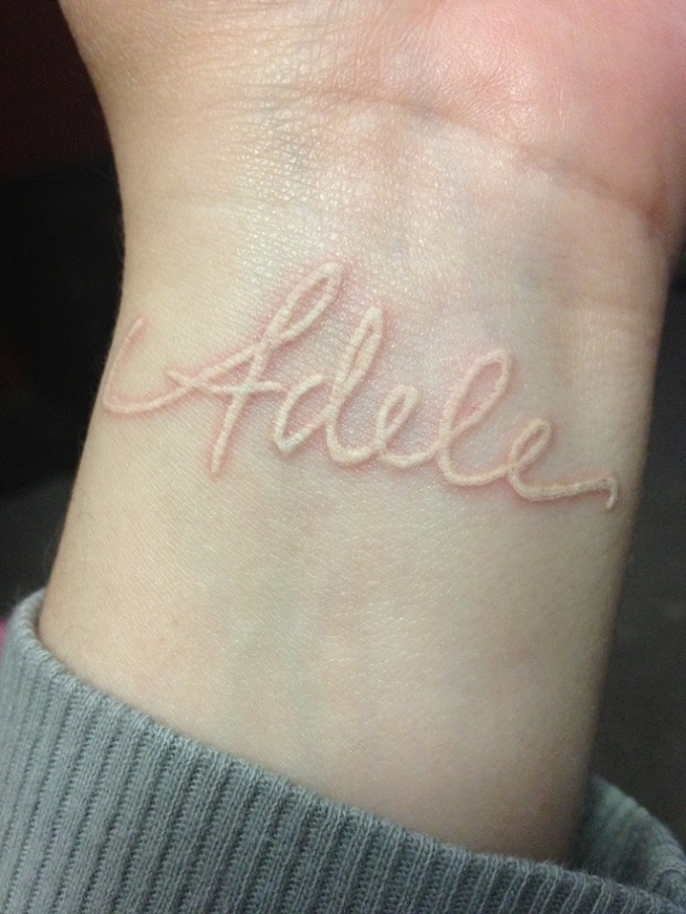 tatuaggio-sul-polso-inchiostro-bianco