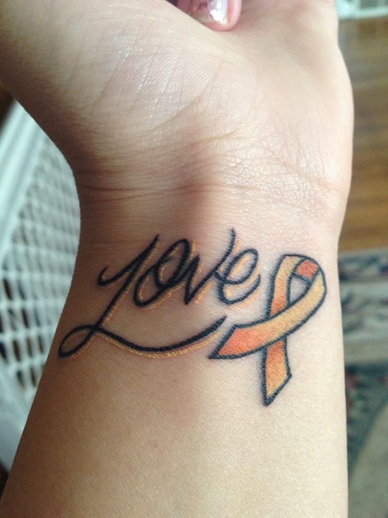 tatuaggio-sul-polso-scritta-simbolo