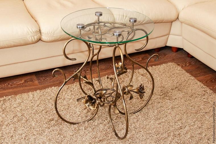 tavolo-ferro-battuto-decorato-piano-cristallo