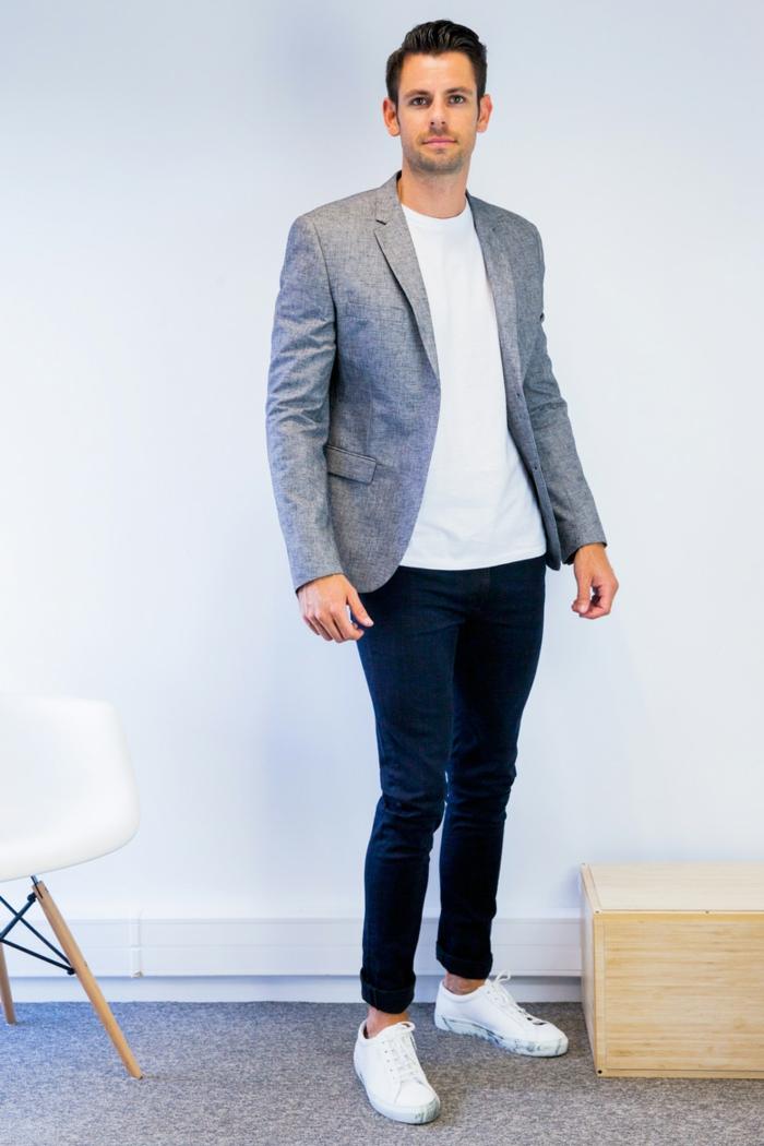 abbigliamento-business-casual-uomo-jeans-t-shirt-bianca-blazer-grigio-sneackers-bianche