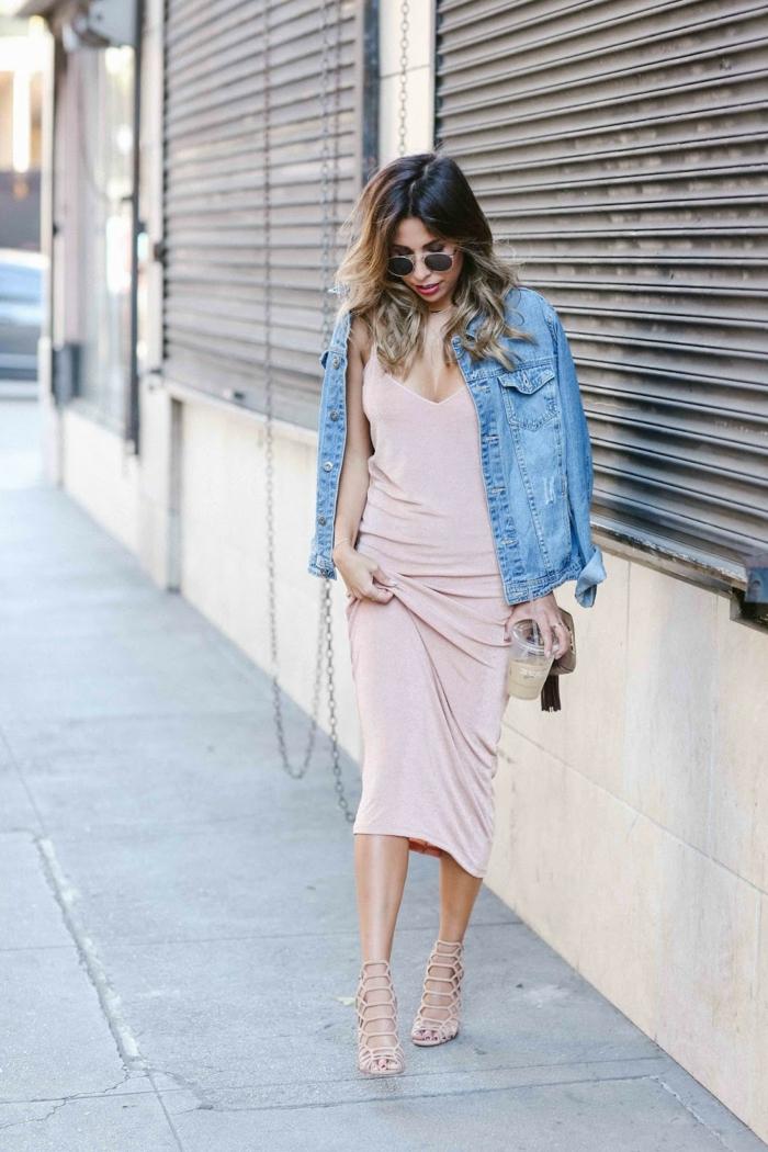 abbigliamento-casual-donna-giacca-jeans-vestito-lungo-smanicato-tacchi-alti-occhiali-da-sole-capelli-messi-in-piega