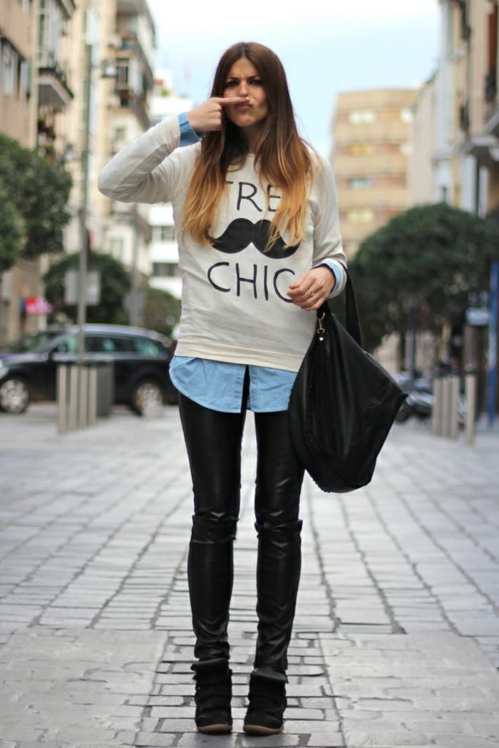abbigliamento-casual-donna-pantalone-pelle-camicia-blu-maglione-tres-chic-borsa-nera-scarpe-zeppa-nascosta