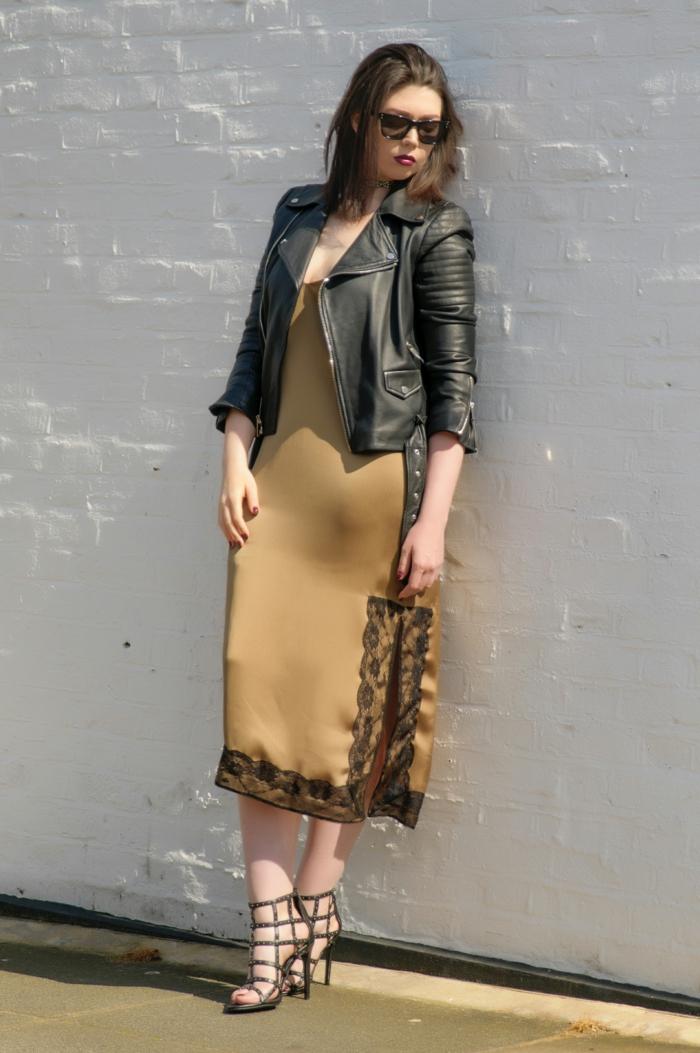 abbigliamento-casual-donna-vestito-raso-giacca-pelle-tacchi-alti-sandali-occhiali-da-sole