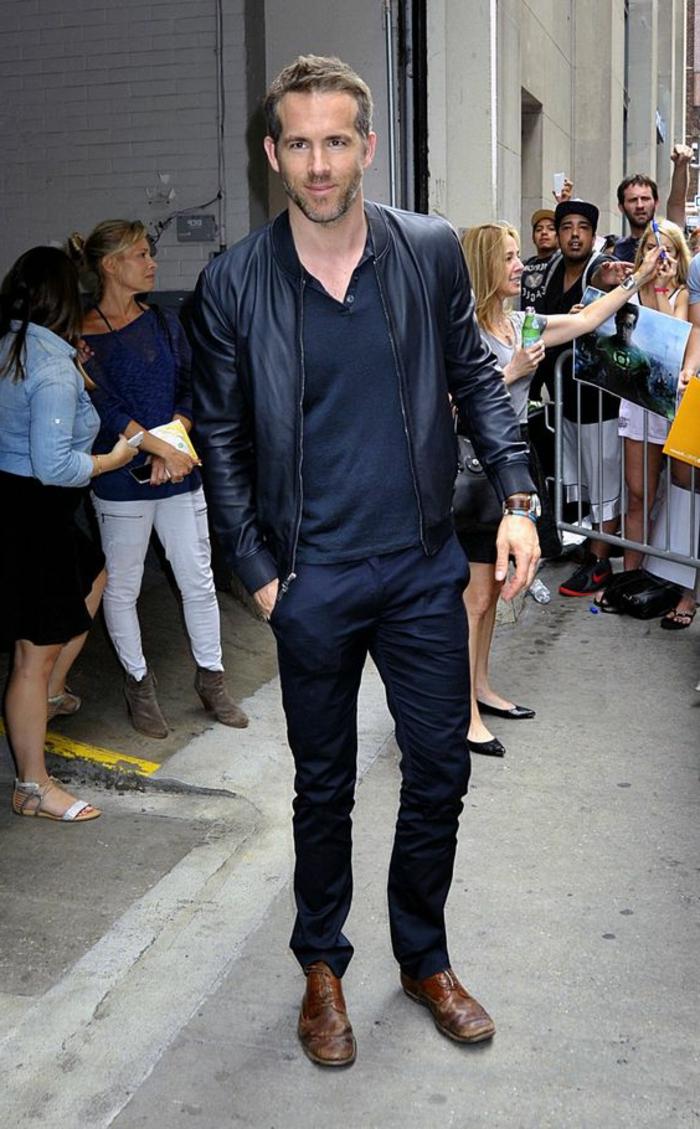 abbigliamentp-business-casual-uomo-ryan-reinolds-pantaloni-blu-scuro-giacca-pelle-scarpe-marroni