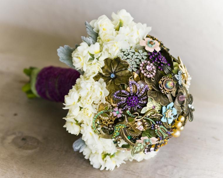accessori-matrimonio-bouquet-fiori-bianchi-esterno-ogetti-preziosi-centro
