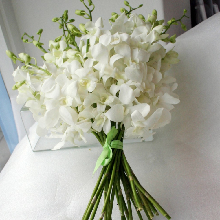 accessori-matrimonio-bouquet-fiori-bianchi-nastro-verde-gambo
