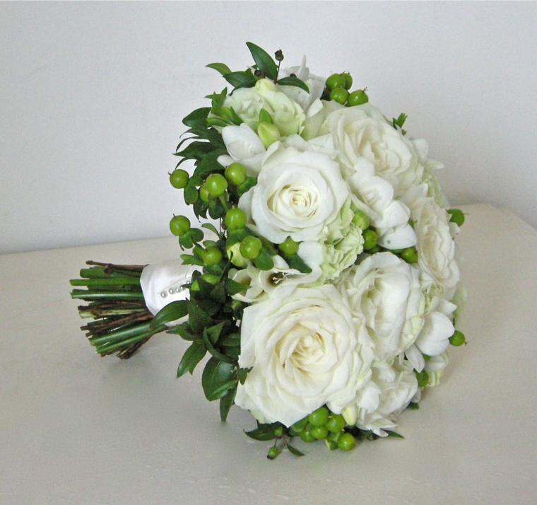 accessori-matrimonio-bouquet-rotondo-rose-bianche-boccioli-verdi-contorno