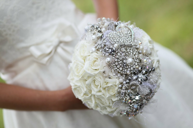 accessori-matrimonio-buquet-rose-bianche-decorazioni-preziose-perle-brillanti