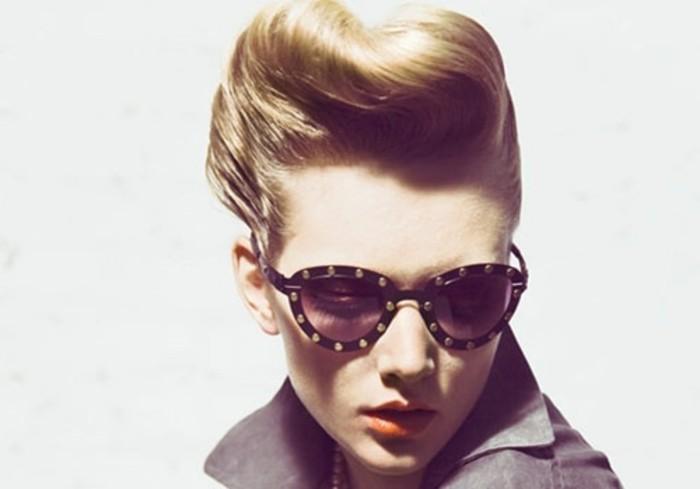 acconciatura-anni-50-donna-capelli-biondi-occhiali-cat-eye-pin-up