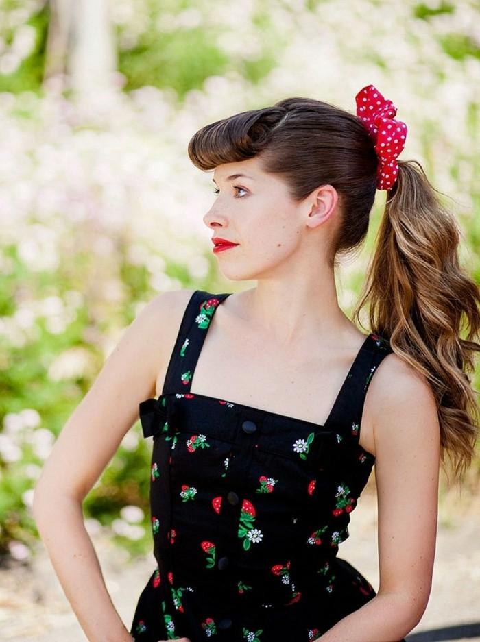 acconciatura-anni-50-donna-pompadour-avanti-meches-biondi-elastico-rosso-pois