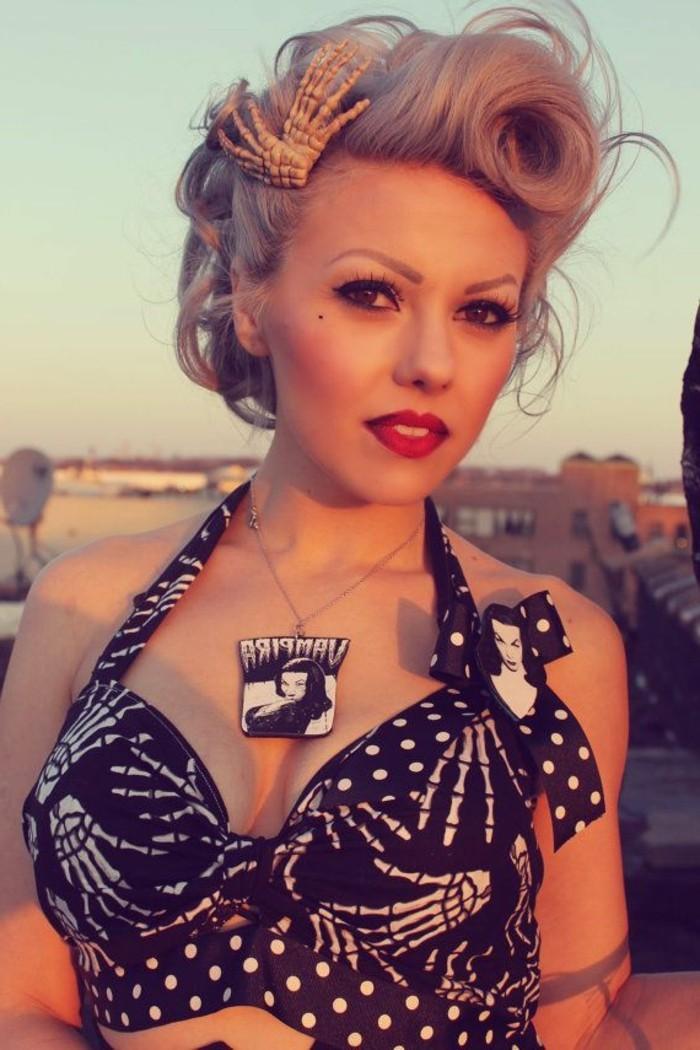 acconciatura-anni-50-donna-pompadour-capelli-biondi-accessorio-gioiello-pendente-top-nero-corto