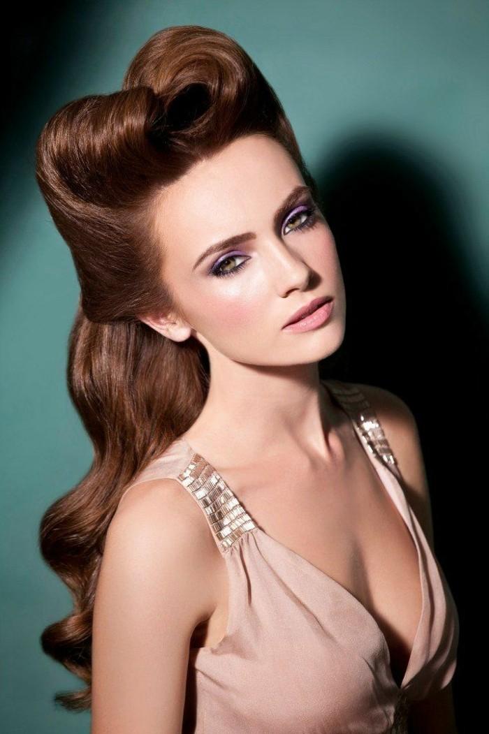 acconciatura-anni-50-pin-up-donna-capelli-castani-vestito-elegante-trucco