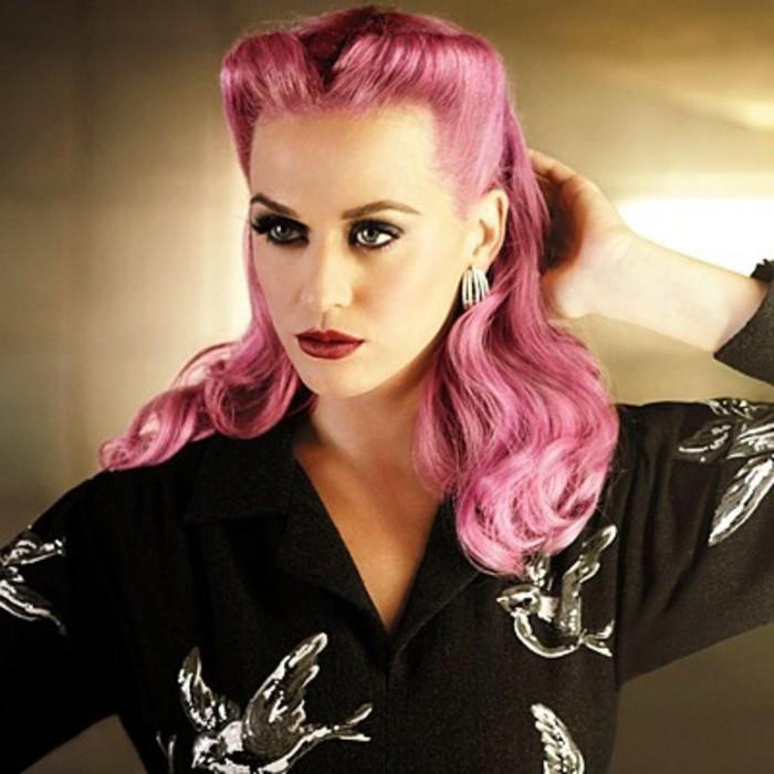 acconciatura-anni-50-rackabilly-pin-up-capelli-pink-camicia-nera