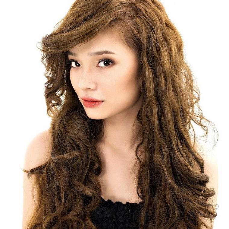 acconciatura-capelli-mossi-lunghi-ciuffo-lato-rossetto-rosso-matita-nera-occhi