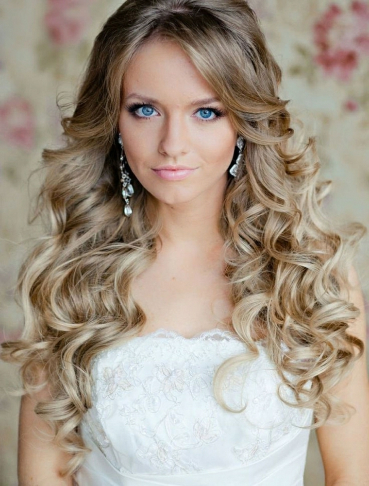 acconciatura-capelli-mossi-molto-lunghi-biondi-ciuffo-liscio c2d5dc4614b4