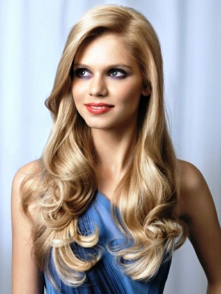 acconciatura-capelli-ondulati-effetto-naturale-biondi-dorati-ciuffo-lato