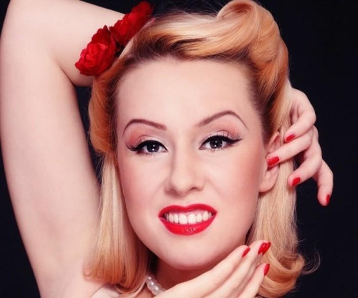 acconciatura-donna-capelli-biondi-fiori-finti-rossetto-rosso-smalto-sorriso