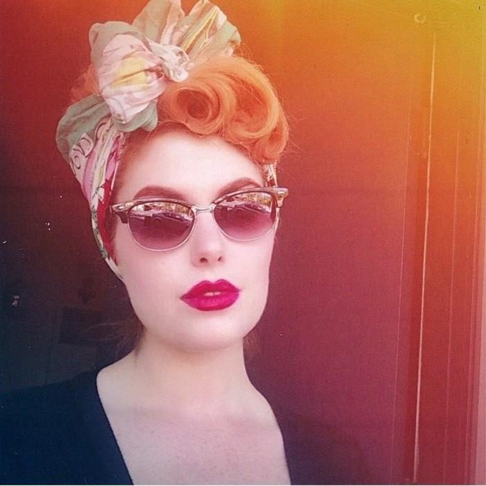 acconciatura-donna-capelli-biondi-pin-up-fascia-occhiali-da-sole-immagine-filtro-retrò