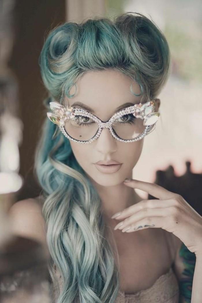 acconciatura-donna-capelli-colorati-blu-biondo-occhiali-brillantini-cat-eye