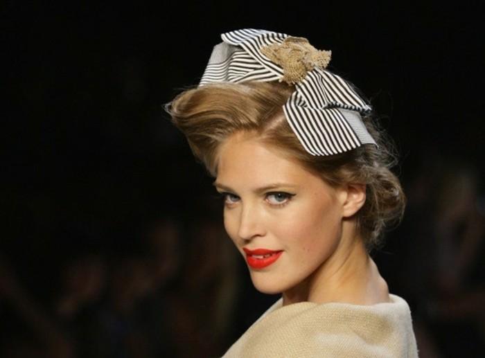 acconciatura-donna-stile-retrò-capelli-biondi-accessori-sorriso-rossetto-rosso