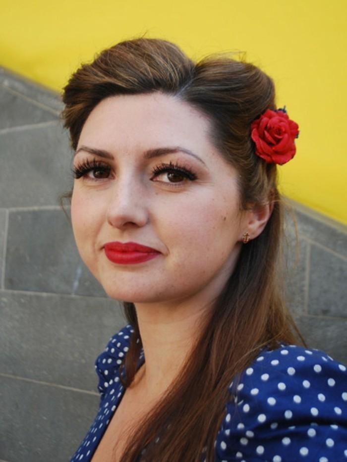 acconciatura-rockabilly-donna-capelli-castani-rosa-rossa-trucco-rimmel-vestito-blu-pois