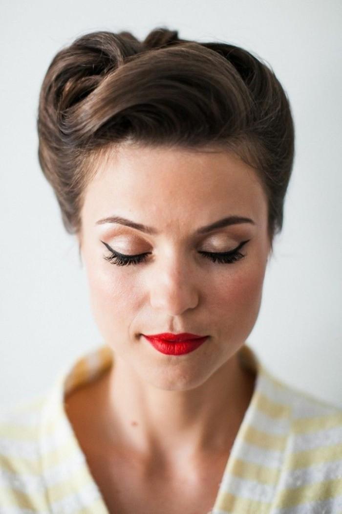 acconciatura-stile-anni-50-donna-capelli-legati-castani-trucco-rossetto-rosso-camicia-gialla