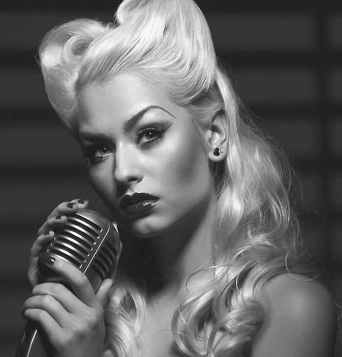 acconciature-anni-50-donna-capelli-biondi-microfono-vintage-immagine-bianco-nera